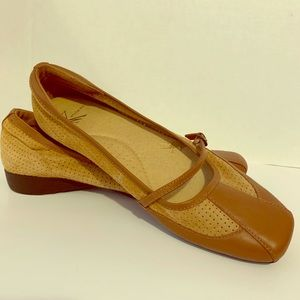 White mountain tan leather flats